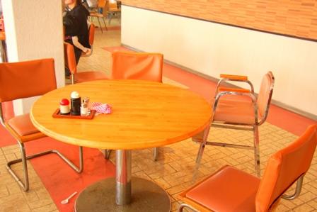 店内は円卓が並び、ファミリーが会話を楽しみながら食事をします♪