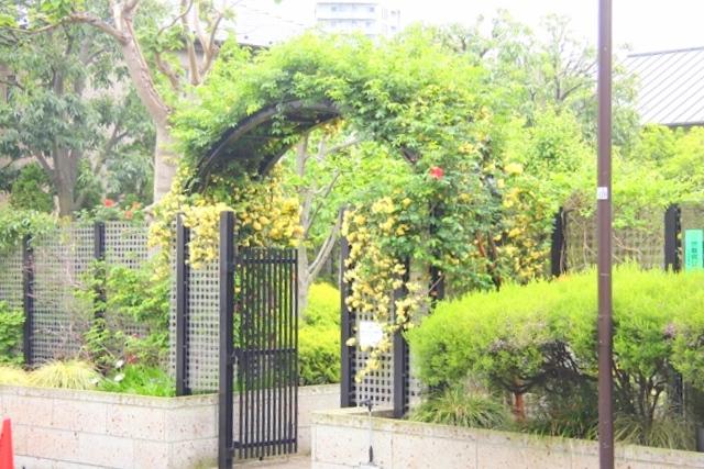 ご成婚当時の門を再現した、ねむの木の庭の門