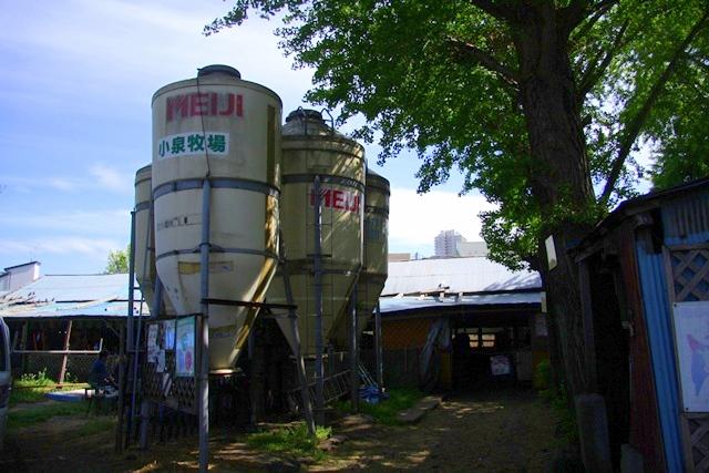 小泉牧場の飼料タンク