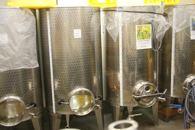 ワインを発酵し熟成させる東京ワイナリーの タンク