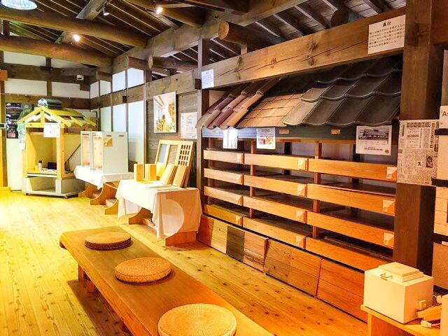 小林工務店内、屋根材などが並んでいます