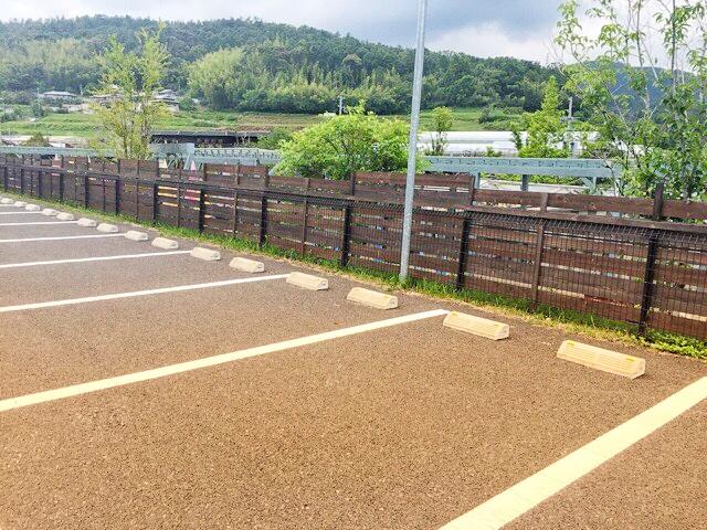 ザファームユニバーサルの駐車場は広く、200台以上可能