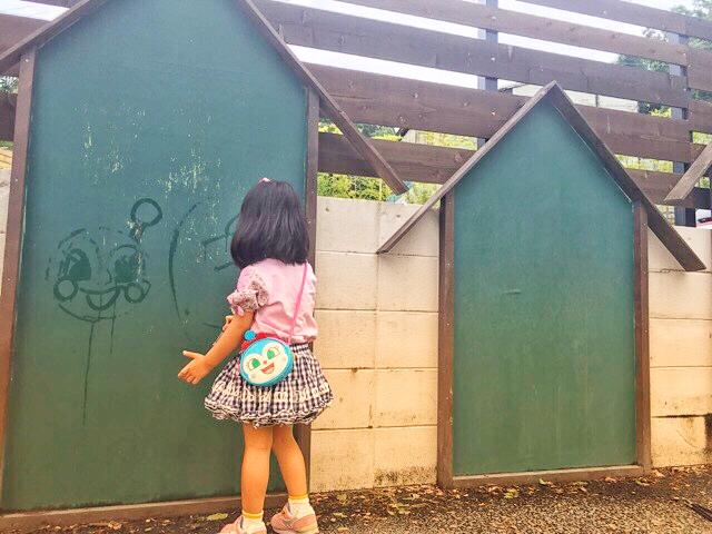 ザファームユニバーサルオオサカにある、子供の遊び場でお絵描き