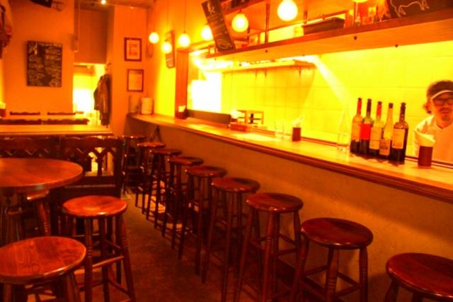 ビストロ ヒロの店内は、カウンターの他、テーブルが並ぶ