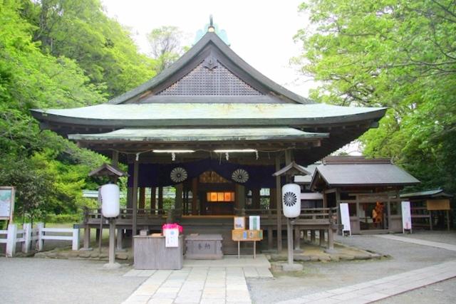 鎌倉宮本殿と村上義光公の像