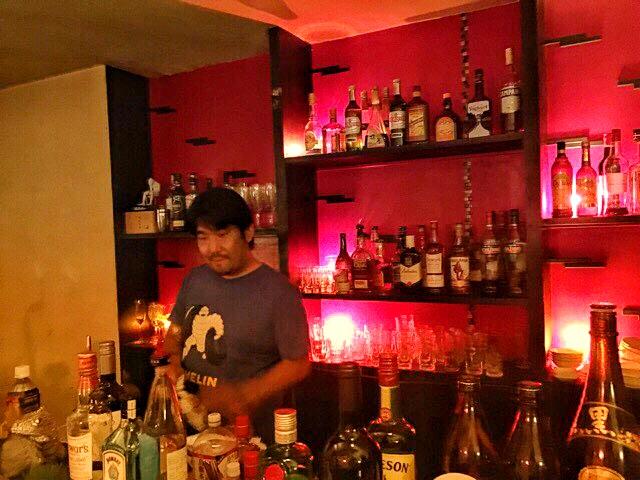 カクテルを作るHouse Bar MUSEのマスター