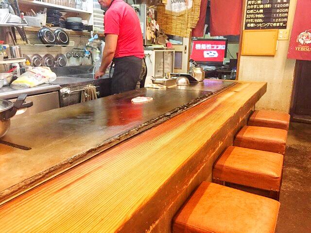 すゑちゃん青木店のカウンター席