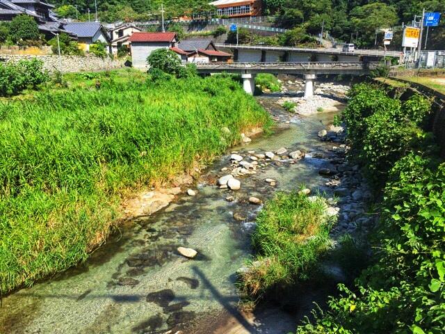 石出川を渡って両新田神社へ