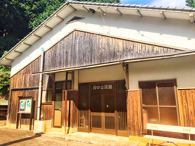 両新田神社前の河中公民館