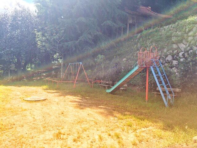 両新田神社前の公園
