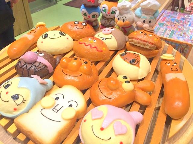 神戸アンパンマンミュージアム&モール内、ジャムおじさんのパン工場では、アンパンマンと仲間たちのパンがいっぱい