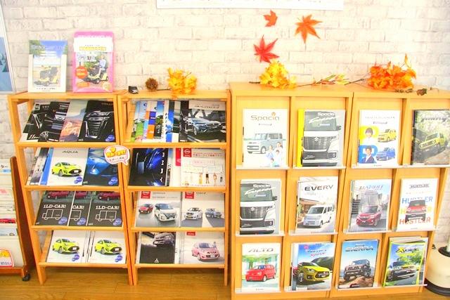 スズキカーズ大阪摂津店に並ぶ車のカタログ