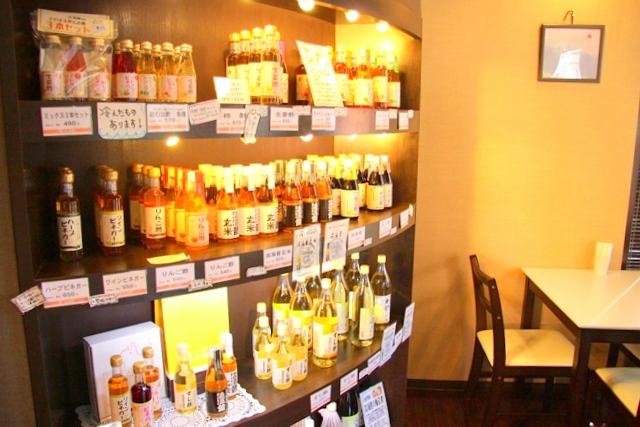 淡海堂の店内では、淡海酢も販売。テーブル席があるのでケーキを店内でもいただけます