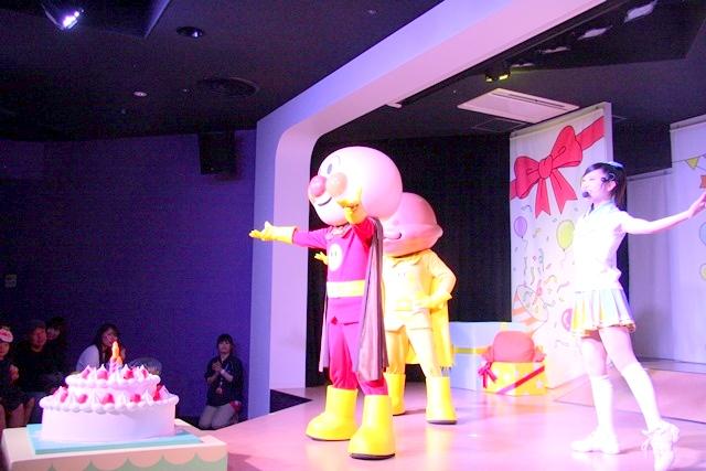 神戸アンパンマンミュージアム&モールの2Fやなせたかし劇場で、誕生月をお祝いしてくれるアンパンマンたち