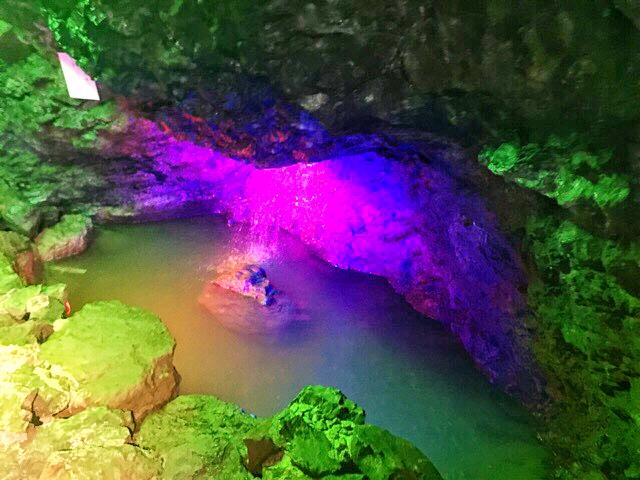 小原洞窟内に流れる水