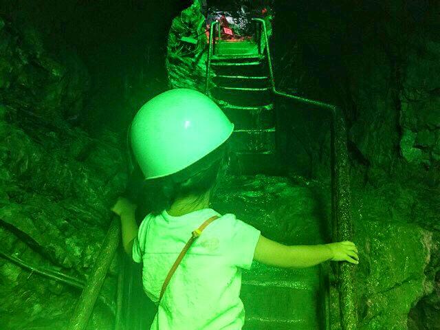 小原洞窟内は急な階段もあります