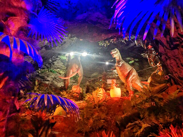 小原洞窟内の恐竜