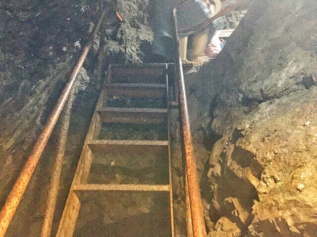 小原洞窟内の急な階段