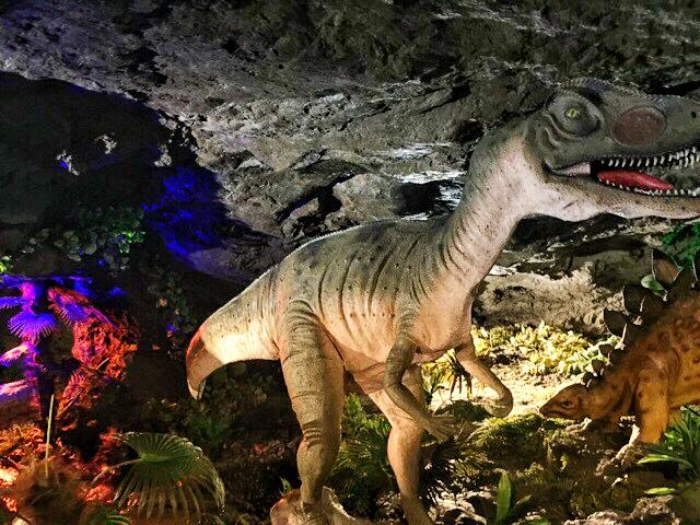 小原洞窟内の迫力ある恐竜