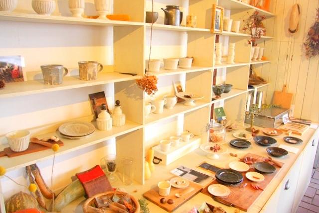 雑貨が並ぶワニカフェさんの店内