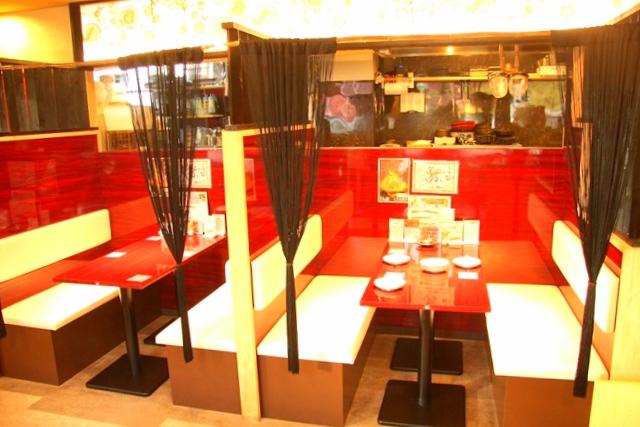 鶏飛人のテーブル席