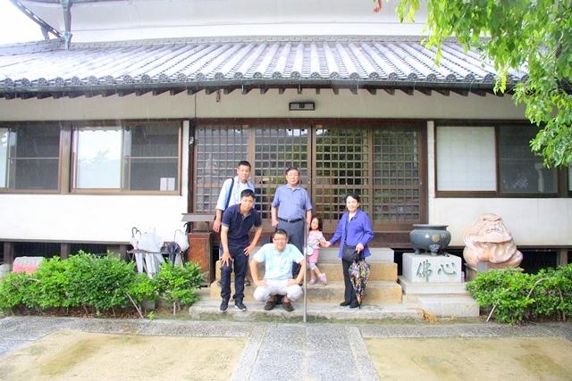 対潮院前にて稲井家で記念撮影