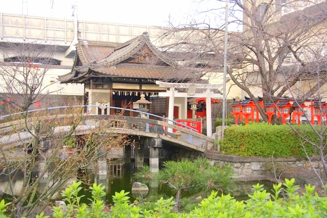 六孫王神社の境内、神龍池の側に誕生水弁才天社がある。