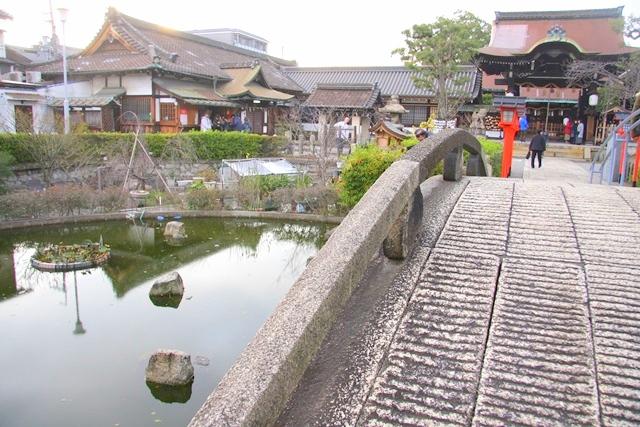 六孫王神社の境内中央にある神龍池