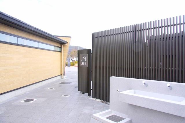 安満遺跡公園のトイレ横に喫煙所があります。