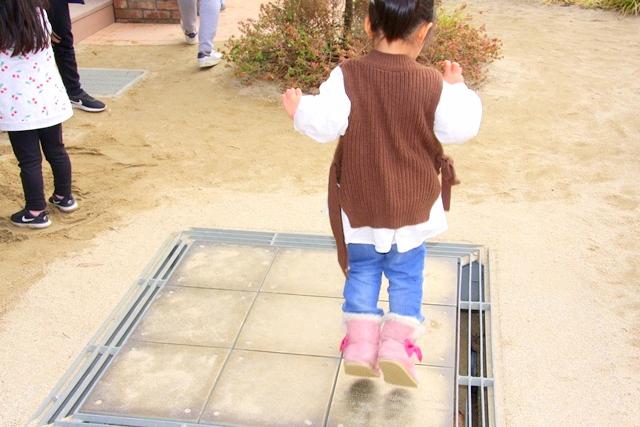 ボーネルンドプレイヴィル安満遺跡公園、ジャンプして音を楽しみます