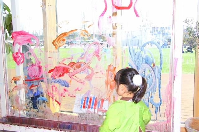 ボーネルンドプレイヴィル安満遺跡公園、絵の具をたっぷりつけた筆でアクリル板にお絵かき