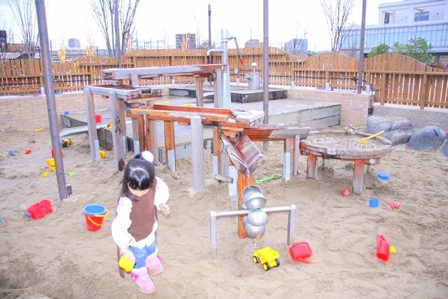 ボーネルンドプレイヴィル安満遺跡公園、水路もある砂遊びゾーン