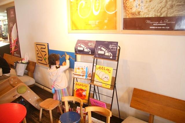 アクアイグニス内、マリアージュ ドゥ ファリーヌの店内。この日の娘のスカートとブーツは、any FAM KIDS(by ONWARD CROSSET)です。