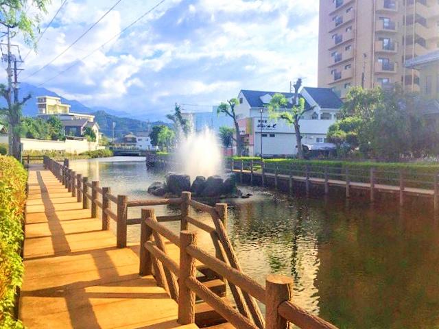愛媛県西条市総合文化会館の西側、アクアトピア水系の噴水近くのうちぬき
