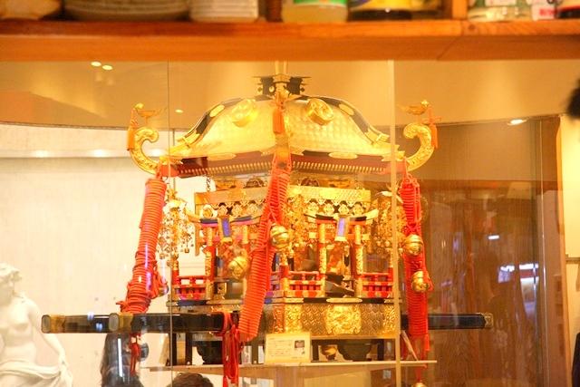 鉄板神社の店内にある神輿