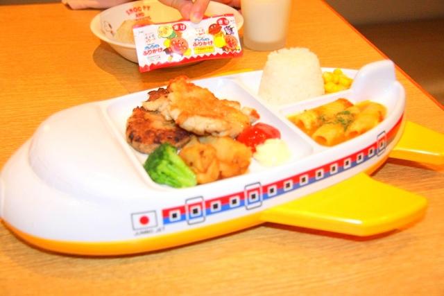 お子様ひこうきプレート979円で12歳以下限定パン食べ放題ドリンクバー付